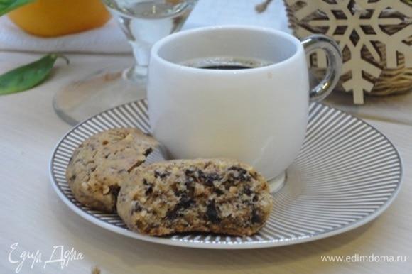 Выпекать при температуре 180°C 15–20 минут, пока печенье не начнет приобретать золотистый оттенок. Хранить в посуде, которая герметично закрывается.