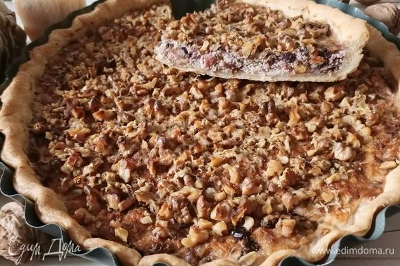 Подавать пирог лучше теплым. Если у вас нет времени или желания возиться с тестом, то его можно заменить на готовое слоеное. Приятного аппетита!