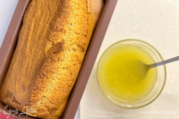 Готовый пирог полить сиропом (сахар смешать с соком апельсина) прямо в форме. Остудить и потом извлечь.