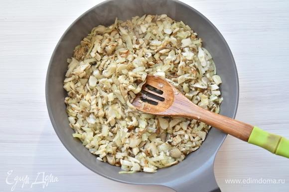 Вместе с нарезанным репчатым луком обжариваю грибы на той же сковороде с добавлением 2 ст. л. растительного масла. Добавляю по вкусу соль и перец.