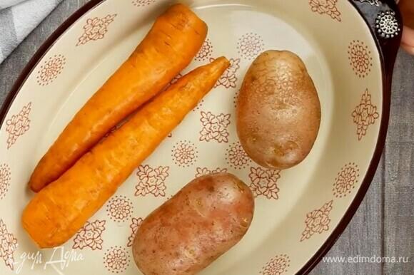 Картофель и морковь оборачиваем в фольгу и запекаем в духовке при температуре 180°C до готовности. У меня 40 минут запекались. Либо отварите овощи.