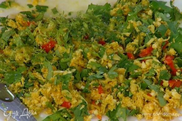 Приготовить пряную смесь: имбирь соединить с кокосом, добавить чеснок, кинзу, куркуму, все посолить и порубить ножом, затем добавить чили, цедру лайма и перемешать, полить оливковым маслом и поперчить.