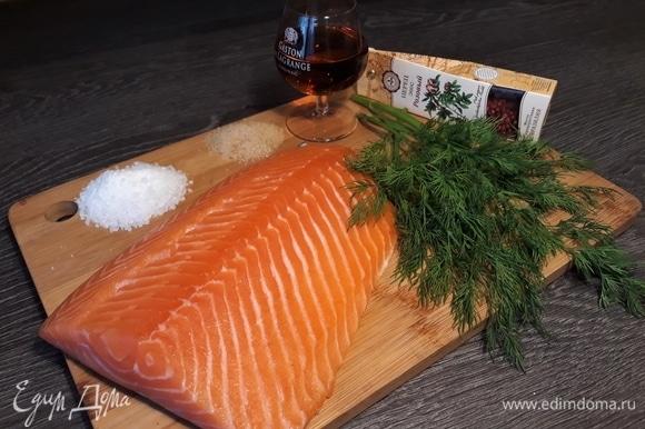 Кусочки лосося промыть, обсушить. Приготовить раствор для засолки. Я всегда солю красную рыбу по одному проверенному рецепту: 1 кг рыбы, 2 ст. л. соли, 1 ст. л. сахара. Для рыбы по-скандинавски надо еще добавить несколько веточек укропа, щепотку перца и рюмку коньяка.