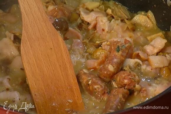 Из колбасок вынуть фарш, разделить на небольшие кусочки и добавить к бекону, все перемешать и слегка обжарить.