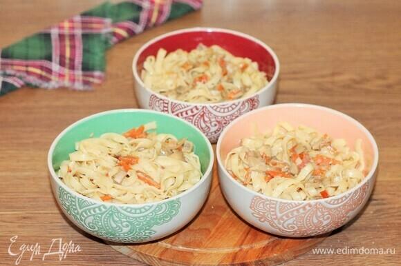 Блюдо в целом готово, можно подавать. Вкусная, пикантная и сочная курочка, а к ней гарнир: лапша в соусе. Такое блюдо можно подать в порционной керамической посуде. Разложить по горшочкам вначале лапшу в соусе, а сверху выложить румяные кусочки курицы.