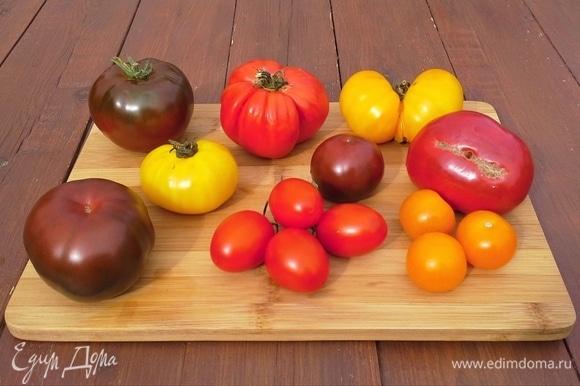 Помидоры мясистые, ароматные — так и просятся в этот итальянский салатик! В летнее время — помидоры с грядки. Зимой можно купить вкусные помидоры для салата на рынке, мне нравятся черри из магазина.