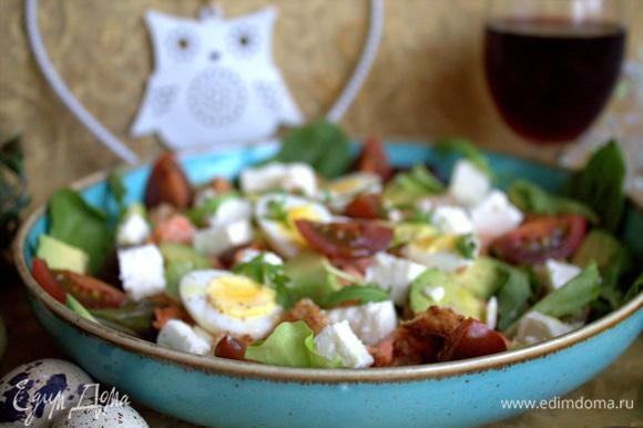 Посыпать листиками салата и кунжутом (или др. семечками), желательно обжаренным.