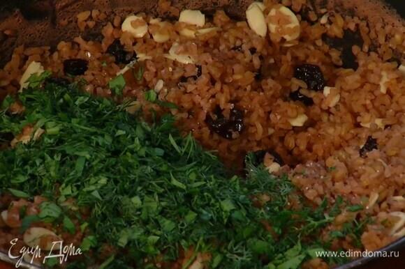 В набухший горячий булгур добавить мед, миндаль и вишню, посолить, поперчить и перемешать, затем добавить измельченную зелень, полить все оливковым маслом и еще раз перемешать.