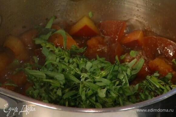 Продолжая прогревать, размять сливы деревянной ложкой, затем добавить тархун, перемешать и снять соус с огня.