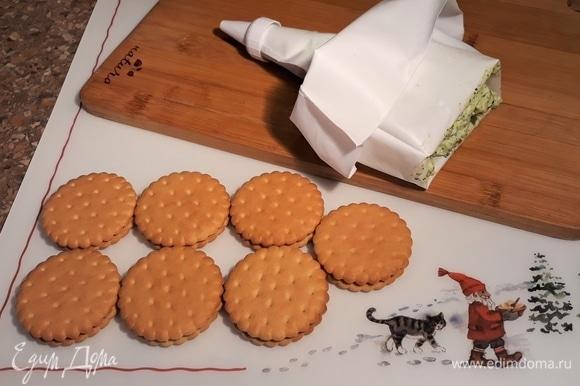 Переложить сырную массу в кондитерский мешок.