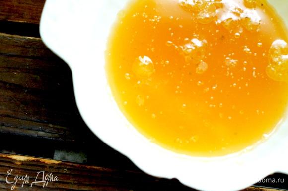 В форму, где будем запекать утку, выжимаем сок половины апельсина, вливаем бульон и херес (или белое вино). Кладем утку в форму грудкой вверх.
