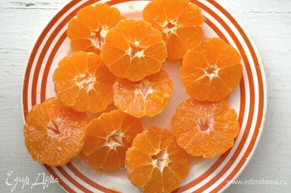 Разрезать мандарины поперек на две части.