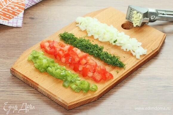 Нарезаем подготовленные овощи и грибы мелкими кубиками и мелко рубим укроп.