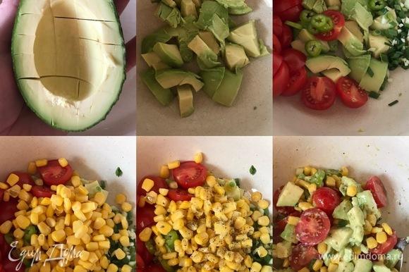Авокадо нарезать крупными кубиками, переложить в миску и сразу полить лимонным соком. Помидоры разрезать пополам, лук и чеснок измельчить. К авокадо добавить помидоры, лук, чеснок, кукурузу, специи, масло и аккуратно перемешать.