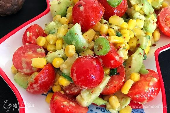 Дать салату настояться 5–10 минут и подавать.