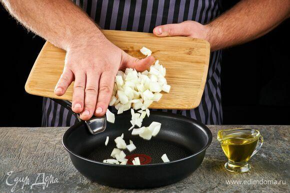 Займитесь соусом. Лук, нарезанный кубиком, обжарьте на растительном масле.