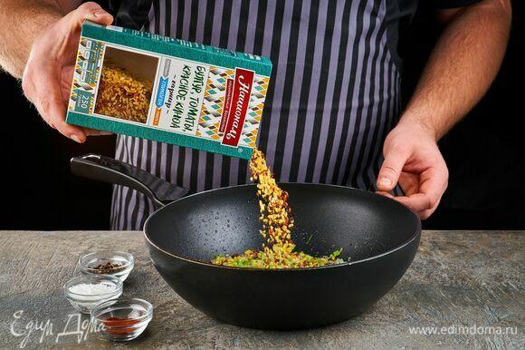 Обжарьте на сковороде до золотистого цвета. Добавьте смесь «Гликоген» ТМ «Националь»: булгур, томаты, красное киноа, посолите, поперчите, добавьте паприку. Готовьте 10 минут.