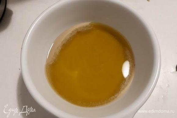 Смешайте тахини, оливковое масло и лимонный сок.