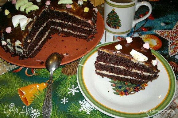 Подать шоколадный торт на праздничный стол к чаю или кофе. Разрезать на порции. Приятного аппетита! С Новым годом!