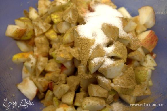 Яблоки и груши нарезать кусочками вместе с кожицей.