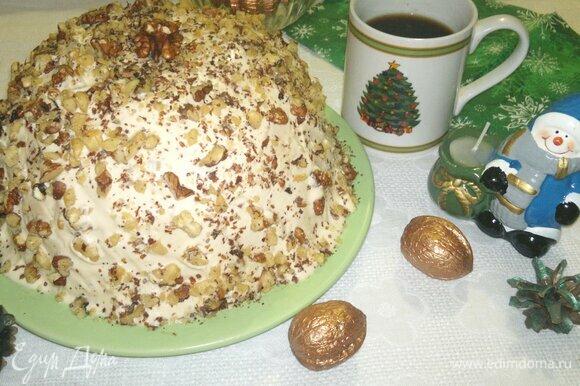Подать торт к праздничному новогоднему столу.