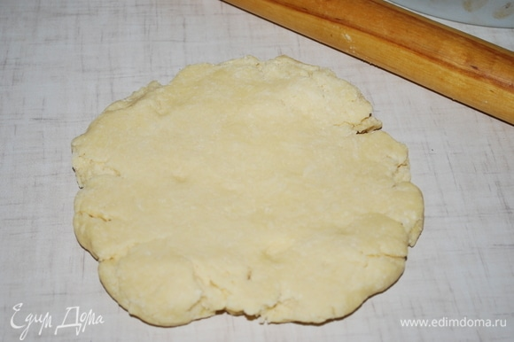 Из муки, сахара, соли, разрыхлителя, масла комнатной температуры и яиц сделайте тесто. Тесто будет тугим.