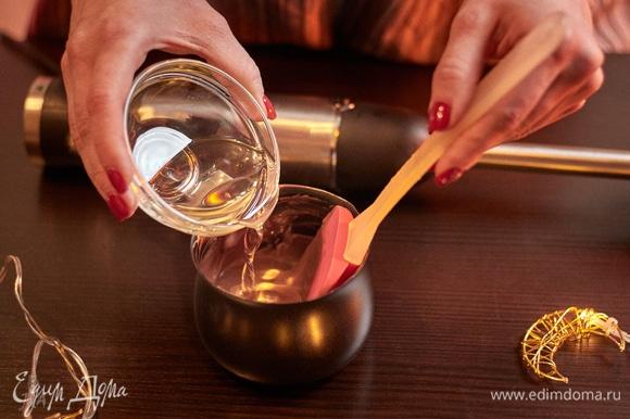 Растопите молочный шоколад, добавьте к нему любое растительное масло без запаха и резкого вкуса. Пробейте блендером.