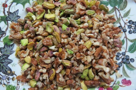 Промытый изюм и цукаты замочить в крепком чае или алкоголе на ночь. Орехи порубить. Разогреть духовку до 180°C. Застелить противень бумагой для выпечки.