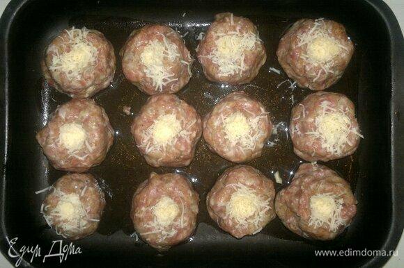 Сыр натереть на мелкой терке. В мясных цилиндрах сделать углубления и насыпать в каждое углубление немного сыра.