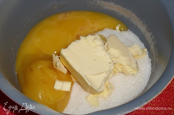 Подготовим продукты. Готовим медовое тесто. В кастрюлю выкладываем сахар, мед, сливочное масло и яичные желтки.