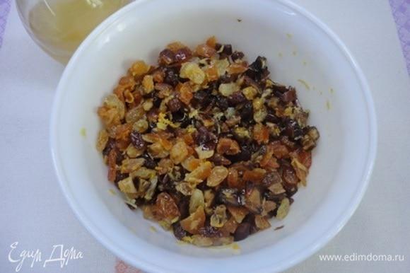 Сухофрукты лучше заранее залить лимончелло и соком половины апельсина и оставить как минимум на ночь.