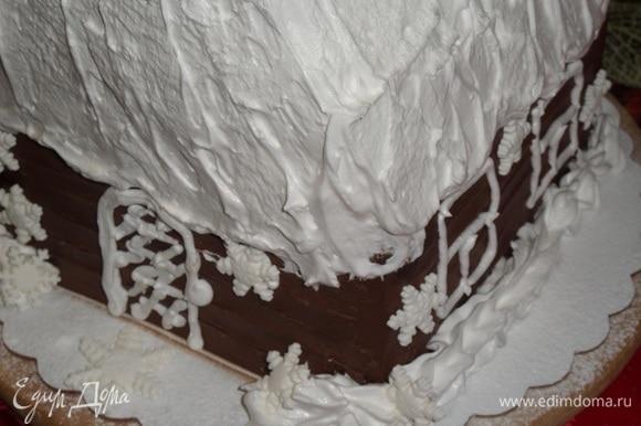 Украшаем избушку сахарными бусинами и снежинками из мастики. Посыпаем избушку сахарной пудрой.