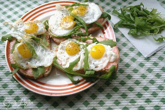 Сверху разложить на тосты жареные перепелиные яйца. Посыпать свежемолотым черным перцем. Подать тосты к столу. Приятного аппетита!