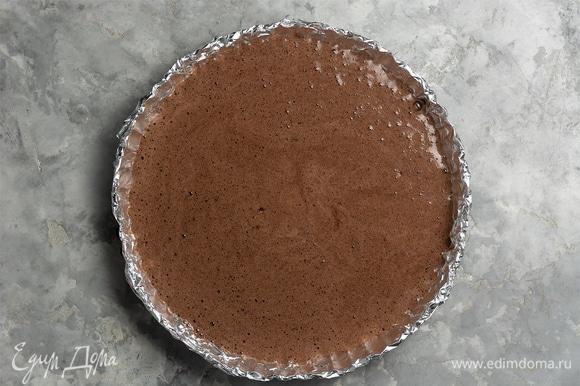 Полученное тесто вылить в подготовленную форму (сделать «французскую рубашку» — смазать форму маслом и посыпать мукой). Диаметр формы — 18–20 см. Отправить форму в разогретую до 160–180°C духовку на 12–15 минут.