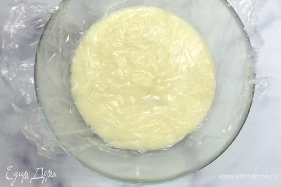 Готовый крем перекладываем в другую посуду и накрываем пленкой в контакт. Держим в холодильнике, пока не остынет.
