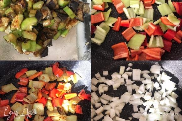 Теперь очередь болгарского перца. Опять добавляем немного масла, жарим болгарский перец и перекладываем его в миску с готовыми овощами. Затем жарим лук, он у нас должен хорошо подрумяниться.