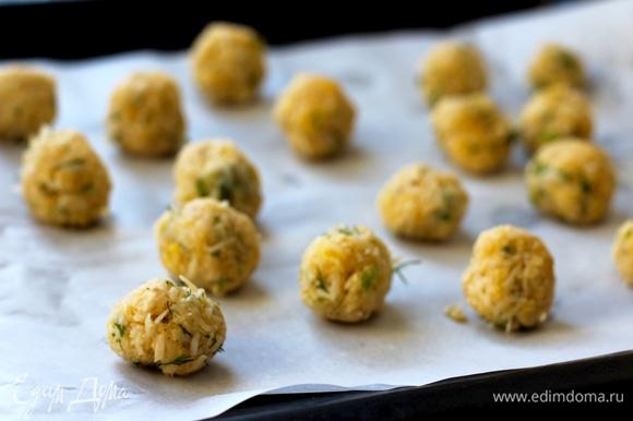 Из полученной массы скатать шарики размером с грецкий орех и поставить в морозилку на 20–30 минут.