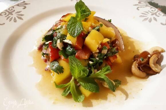 Влейте заправку в салат, хорошо перемешайте и оставьте настояться на 15–20 минут.