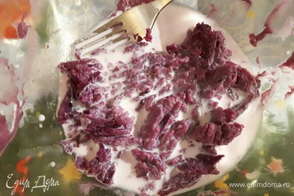 Разомните картофель, который мы ранее отложили для начинки, вилкой, влейте молоко и перемешайте.