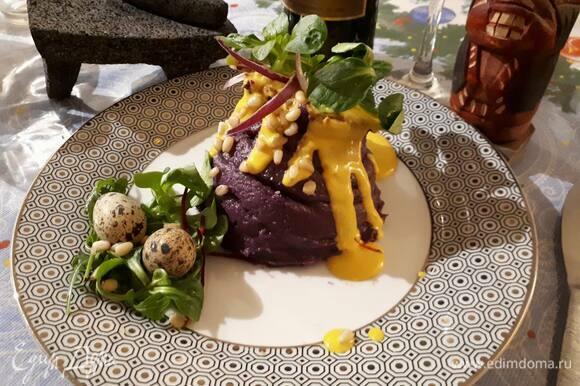 При подаче аккуратно переложите на тарелку, снимите круги и бумагу. Полейте сверху соусом, украсьте зеленью и кедровыми орешками.