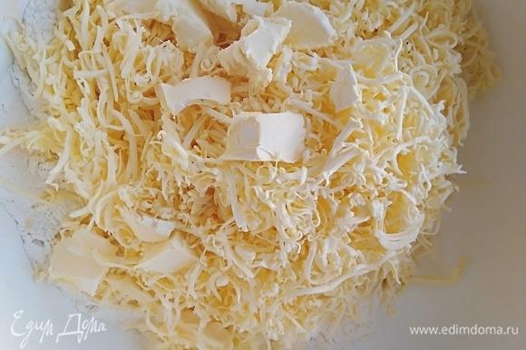 Холодный маргарин натереть в муку, добавить соль. Можно использовать сливочное масло.