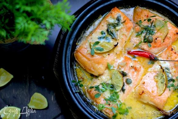 Переставьте сковороду в духовку и запекайте рыбу 10 минут, после чего хорошо полейте ее соусом из сковороды и запекайте еще 10 минут.