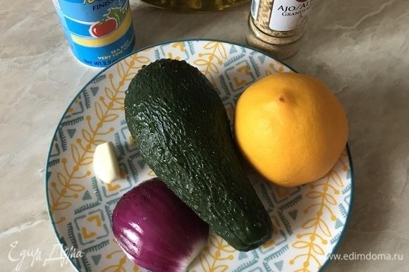 Сначала надо отварить яйцо и приготовить пасту из авокадо. Паста из авокадо прекрасно хранится 1–2 дня в холодильнике, поэтому я ее делаю заранее.