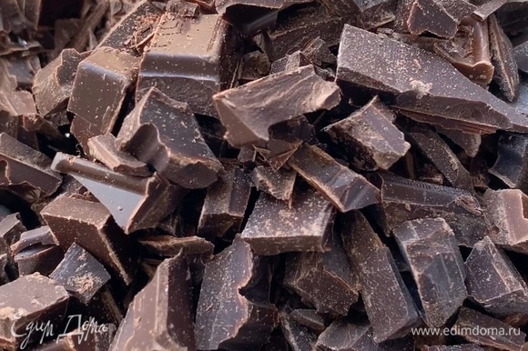 Шоколад порубите и растопите в микроволновке на мощности 600 Вт импульсами за 5 подходов по 30 секунд, каждый раз доставайте и перемешивайте.