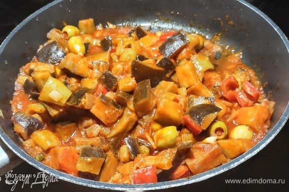 Выложить баклажаны к остальным овощам, добавить томат и пассату, изюм, каперсы и оливки. Добавить уксус, сахар и 150 мл воды. Тушить примерно 25 минут. Посолить. Помешивать, чтобы не пригорело.