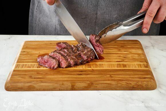 Готовое мясо нарежьте слайсами.
