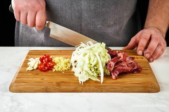 Диафрагму говяжью ТМ «Стейковка» и пекинскую капусту нарежьте соломкой. Чили, чеснок, имбирь мелко порубите.