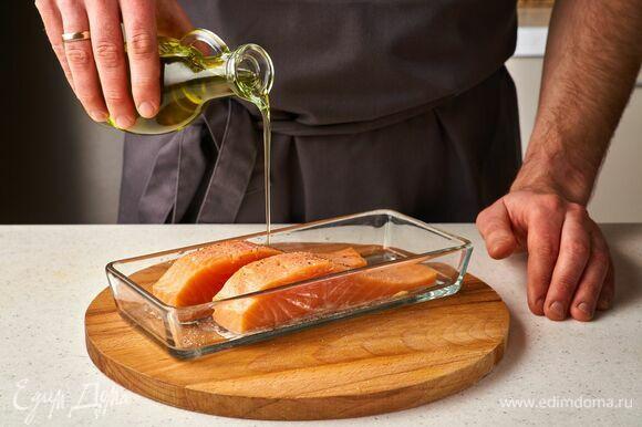 Полейте рыбу оливковым маслом.