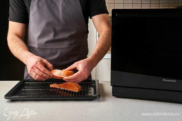 Выложите на противень с решеткой и установите его в печь в нижнее положение.