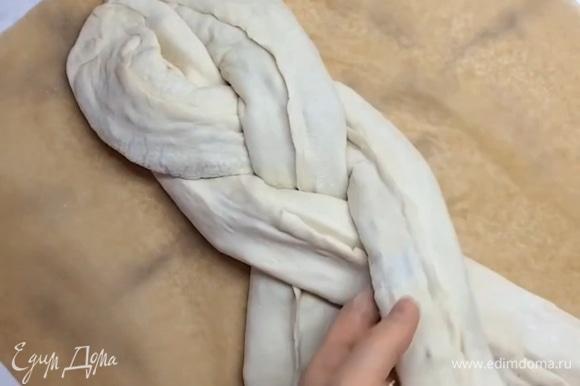Выкладываем наши «колбаски» на противень с пекарской бумагой. Скрепляем сверху между собой и плетем косичку из теста.